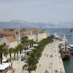 Trogir. Fondée au IIIe s. av. J.-C., Trogir est restée une ville byzantine pendant plusieurs siècles. Aujourd'hui, elle est classée sur la liste du Patrimoine mondial de l'UNESCO depuis 1997