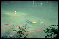 La Charente au niveau du site de l'ìle des Bois. Un archéologue-plongeur durant un décapage sur un site de l'âge du Bronze. Cliché E. Champelovier/Drassm.