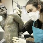 Nettoyage de la statue en bronze d'un captif gaulois provenant du Rhône. Photo F. Nicot