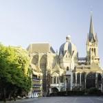 Aix-la-Chapelle, Dom. L'église d'Aix fut agrandie au cours des temps. On greffa notamment un chœur gothique à l'octogone, au centre du bâtiment, qui est la chapelle érigée par Charlemagne. Cliché Alep, 2007.