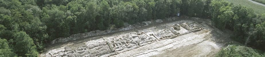 Vue aérienne du tumulus C de Péré (Prissé-la-Charrière), en cours de fouille. Cliché Balloïde-photo.com