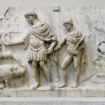 Énée débarque sur les rives du Latium, suivi par son fils Ascagne: à gauche une truie lui indique où fonder sa cité. Relief en marbre, 140-150 apr. J.-C. British Museum. Clichl Jastrow 2007.