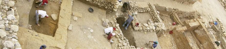 Liban. Tell Arqa. Fouille en cours dans les niveaux 17 (ca.-2750 -2500, à g.) et 18A (destruction, ca. -2750. à dr.). DR.
