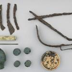Le matériel mis au jour dans la tombe de Pydna. Époque d'Alexandre le Grand (356-323 av. J.-C.) ou peu après. Cliché 16e Éphorie de Thessalonique.