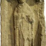 """Stèle funéraire en calcaire portant l'inscription (CIL XIII, 4334: """"[...] fille de [...]inus, médecin"""". Metz, Musées de la Cour d'Or. Cliché G. Coulon"""