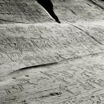 """Roche 1 (le """"Grand Rocher"""") dans le parc national des gravures rupestres de Naquane. Âge du Bronze final- premier âge du Fer, XIe-VIe s. av. J.-C.. Cliché A. Arcà."""