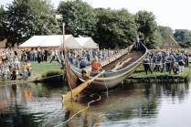 """Le """"Sea Stallion from Glendalough"""" lors de son lancement le 4 septembre 2004 à Roskilde. Cliché W. Karrasch, Musée du bateau viking, Roskilde, Danemark."""