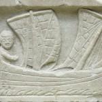 Marin dans une corbita, petit bateau de cabotage à deux mâts. Relief en marbre, vers 200 apr. J.-C. Londres, British Museum. Cliché Jastrow, 2006