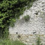 Époque gallo-romaine. Mur antique en petit appareil servant de mur de terrasse bordant la route actuelle et réemployé dans la façade de maison. © E.Ferber, Inrap