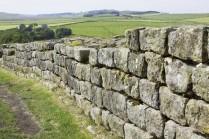 Une source historique romaine nous apprend qu'Hadrien fut le premier à construire un mur en Angleterre (Britannia) afin de séparer les Romains des Barbares.