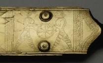 Détail de la décoration du fourreau d'épée en bronze de Hallstatt en Autriche (seconde moitié du Ve s. av. J.-C.).Cliché A. Maillier, Bibracte/Naturhistorisches Museum Wien.