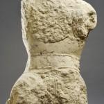 Statue de guerrier en arme provenant de la ville de Lattara (vers 500 avant notre ère), vue de face. Cliché L. Damelet CCJ/Site archéologique LAttara-Musée Henri Prades.