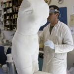 Restaurateur du CREAM au travail sur la copie d'une statue en marbre de Vénus. @ CREAM