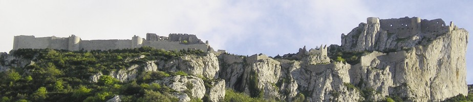 Château de Peyrepertuse (face nord). La construction de ce magnifique château a été dirigé par maître Pierre Pauc entre 1250 et 1251. Cliché Wikimedia Commons, 2006.