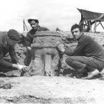 1967, découverte d'un chapiteau à bustes. DR.
