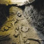 Vue de l'intérieur de l'enfeu 70. Le couvercle, constitué d'une chape de mortier de chaux d'une dizaine de centimètres d'épaisseur, se situe à 0,9 m sous le niveau de sol de la galerie du cloître. Cliché Flore Giraud.