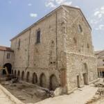 Le cloître vu du nord-ouest. La fouille a permis le dégagement de la galerie attenante à l'église, avec les enfeus aménagés dans la maçonnerie. Cliché Flore Giraud.