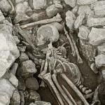 Petit Beaulieu, nécropole, coffre funéraire ST4301, vue des inhumés en fond de coffre. Trois individus apparaissent sur le cliché. Datation présumée: âge du Bronze ancien. © Paléotime.