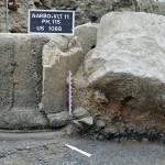 La colonne effondrée à l'entrée de la salle de réception nord, la base possède encore ses stucs. © Hadès.