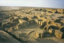 Le palais et ses unités architecturales qui lui sont reliées ont été construits sur plusieurs terrasses qui dominent la cité.