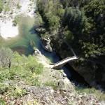 Le pont du diable à Thuyets (Ardèche) vu depuis la corniche. Cliché Christophe Delaere, 2008. Wikimedia commons.