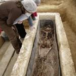 Exhumation d'un squelette du  IIe-IIIes. ap. J.-C. enseveli dans un  cercueil de plomb à Jaunay-Clan.  © David Geoffroy pour Archeodunum.