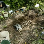 Un archéologue met en place un quadrillage à l'aide de ficelle sur la tombe afin de faire le relevé. © Musée d'archéologie et d'ethnologie de l'Université Simon Fraser, 2010. Tous droits réservés.