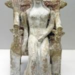 Poupée assise aux bras articulés en terre cuite. H. 21,5 cm. Thèbes. Vers 370/350 av. J.-C. Munich, Antikensammlungen NI 6660. Cliché A. Tuor.