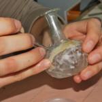 """Restauration d'un objet en verre. Photo """"Autour du patrimoine""""."""