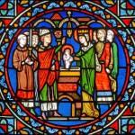 Médaillon de l'une des trois verrières de la chapelle du chevet, collégiale Notre-Dame de Poissy. Le maître verrier au XIXe siècle a imaginé Louis porté sur les fonts par sa mère, en présence d'un évêque... Photo Georges Borowicz.