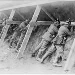 Soldats allemands dans une tranchée en Belgique au début de la guerre. Source U.S. National Archives and records Administration. Wikimedia Commons, 2011.