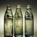 Bouteilles à bille britanniques. La bille de verre était retenue entre deux ergots, permettait de boire, sans risque d'éclaboussures, des boissons gazeuses. Cliché D. Bossut, Inrap.
