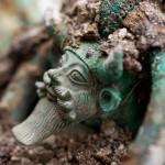 Sur le chaudron, anse décorée d'une tête du dieu Acheloos.