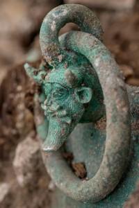 Détail, apparition d'une rotule du défunt au centre de la tombe.