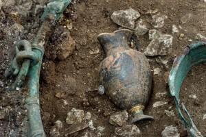 Au cœur du chaudron, repose une élégante cruche à vin originaire de Grèce ; fait exceptionnel, un décor en or a été rajouté.