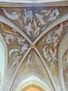 Chapelle Vieille Souvigny.  Le décor complet des voûtes de la travée orientale, formant un ciel au-dessus du tombeau. Sur un fond semé d'étoiles, un chœur d'anges d'une extrême finesse de dessin recouvre les voutains. © Paul Saccard.