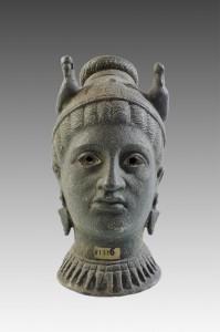 Musée Antoine Vivenel, vase en forme de tête de femme.