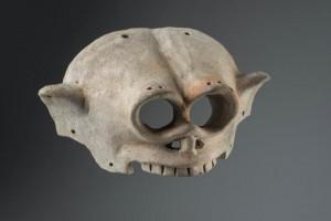 Masque représentant une tête de mort. Culture de La Tolita (- 400 av. J.C. – 400 ap. J.C). © musée du quai Branly, photo de Christophe Hirtz.