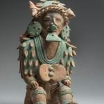 Personnage avec une coiffe-masque de coquillage marin. Culture Jama Coaque (350 av. J.-C.-400 apr. J.-C.). Céramique. © musée du quai Branly, photo Christophe Hirtz.