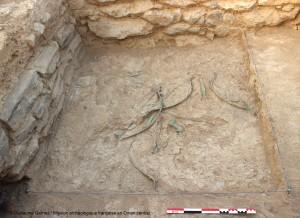 Mudhmar Est. Arcs, flèches, poignards et haches dispersés sur un sol. © Guillaume Gernez/Mission archéologique française en Oman central.