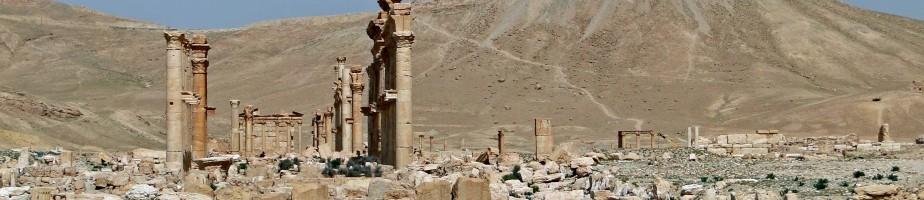 Palmyre. Le Camp de Dioclétien et le château arabe (Qalaat ibn Maan). Avril 2010. Photo Bernard Gagnon/Wikimedia Commons.
