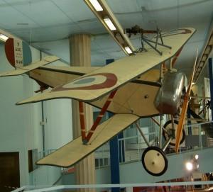 Le Nieuport XI est le premier avion de chasse  français produit et utilisé  en  masse. Plus performant que le Fokker, cet avion permet à l'aviation  française de reprendre  l'avantage pendant  la  bataille de Verdun. Cet  exemplaire unique au  monde, exposé dans la  grande galerie du musée de l'Air et de l'Espace, sera  exceptionnellement  déposé et présenté dans l'exposition. © DR/Coll. musée de l'Air et de l'Espace.