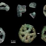 Ensemble des petits objets de parure coulés à la cire perdue, découverts lors de la fouille du site MR2 à Mehrgarh (début du Chalcolithique, fin de la période III, 4500-3600 avant J.-C.).  Clichés D. Bagault, B. Mille © C2RMF.