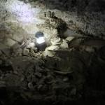Vue du sol de la grotte jonché de restes de jarres brisées, remontant à l'époque du Second Temple (VIe s. av./Ier s. apr. J.-C.). © Casey L. Olson and Oren Gutfeld.