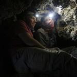 Les archéologues Oren Gutfeld et Ahiad Ovadia dans l'étroit tunnel de la grotte 12. © Casey L. Olson and Oren Gutfeld.