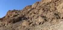 L'entrée de la grotte 12 (12Q) dans les falaises calcaires qui surplombent la mer Morte. © Casey L. Olson and Oren Gutfeld.