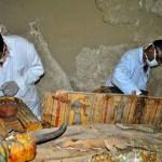 Sarcophages examinés par les archéologues. Photo  Reuters Staff/Reuters. DR.