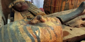 Vue d'un sarcophage en bois peint. Photo  Reuters Staff /Reuters. DR.
