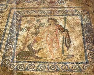 Médaillon central de la salle à manger de la maison des Bacchanales, représentant Bacchus abreuvant de vin sa panthère (Ier s. apr. J.-C.). Photo Flore Giraut © Archeodunum.