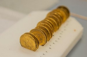 Les dinars d'or frappés entre 1121 à 1131 en Espagne et au Maroc, sous le règne d'Ali Ben Youssef (1106-1143) de la dynastie berbère des Almoravides. © Alexis Grattier – Université Lumière Lyon 2. Photo service de presse.